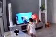 Bé trai ném vỡ tivi để cứu siêu nhân