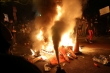 Người biểu tình đốt lửa bên ngoài Nhà Trắng, cảnh sát dùng hơi cay giải tán