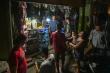 Người dân xếp hàng mua bóng đèn, bình ắc quy thắp sáng sau bão số 5