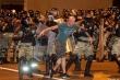 Video: Xe cảnh sát Belarus lao vào người biểu tình, hất văng một người đàn ông