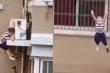Clip cậu bé 2 tuổi rơi từ tầng 5 khiến dân mạng 'mất vía'