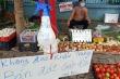 Người đàn ông bán rau và tấm biển 'không đeo khẩu trang, bán đắt gấp đôi'