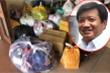 Ông Đoàn Ngọc Hải nhận được nhiều quần áo, đồ chơi cũ tặng trẻ em nghèo Hà Giang