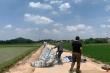 Dân tháo dỡ lều bạt chốt chặn, mở đường vào bãi rác Nam Sơn