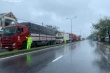 Xe mắc kẹt do bão số 9, CSGT mang cơm miễn phí đến phát cho tài xế