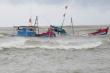 Lai dắt tàu cá Bình Định bị nạn khi đi tìm 12 thuyền viên mất tích về đất liền