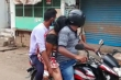 Ấn Độ: Không có xe cứu thương, con trai chở mẹ đi hỏa táng bằng xe máy