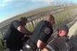Cảnh sát dùng tay kẹp cổ người da màu, thành phố Mỹ lại sôi sục biểu tình