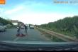 Video: Hiện trường xe 16 chỗ tông cảnh sát cơ động rồi bỏ trốn
