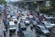 Đường 10 làn xe ở Hà Nội tắc cứng dưới cơn mưa vào giờ cao điểm