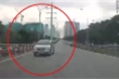 Hà Nội: Xe Innova lao ngược chiều trên cầu vượt, suýt gây tai nạn thảm khốc