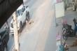 Video: Vừa bước xuống xe, người đàn ông vô tình rơi xuống cống