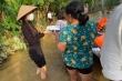 Ảnh: Thủy Tiên xắn quần lội nước đi cứu trợ bà con vùng lũ miền Trung