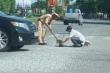 Trung úy CSGT đội nắng gắt quét đá rơi giữa đường