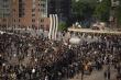 Video: Xe bồn chở dầu lao vào đám đông biểu tình, tài xế bị đánh tới tấp