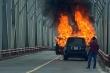 Video: Cận cảnh xe Range Rover bốc cháy trên cầu Chương Dương