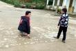 Cảm phục nghị lực cậu học trò người Mông đến trường bằng đôi tay