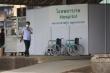 Người dân Thái Lan chặn xe quân đội vào bệnh viện dã chiến ở tỉnh Samut Sakhon
