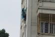 Cô gái tự trèo ra cửa sổ tầng 4 đứng chênh vênh rồi nhờ người gọi cảnh sát giải cứu