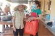 Bà lão hơn 70 tuổi đi bộ 2km ủng hộ gạo cho khu cách ly Covid-19 ở Hà Tĩnh