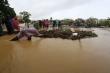 Người Quảng Nam dầm mình trong mưa dọn rác, khơi thông dòng chảy qua cầu An Hội