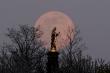 Hình ảnh 'siêu trăng hồng' tuyệt đẹp xuất hiện khắp nơi trên thế giới