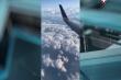 Video: Máy bay rò rỉ nhiên liệu khi đang bay, hành khách hoảng loạn