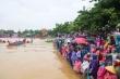 Nghìn người quê hương Đại tướng Võ Nguyên Giáp đội mưa cổ vũ đua ghe vui Tết Độc lập