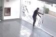 Thanh niên đô con thất thần khi tông vỡ cửa kính