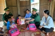 Lính biên phòng lên tận bản làng tặng sách, vận động trẻ nghèo đi khai giảng