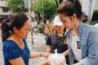 Đông Nhi giản dị đi phát cháo, trao quà từ thiện cùng fan