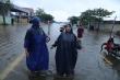 Ảnh: Quảng Bình mưa lớn chưa từng có, quốc lộ ngập sâu, dân bì bõm trong nước