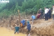 Tình nguyện viên dầm mình 1 tháng trong mưa lũ kéo bè giúp dân