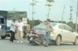 Lùi ô tô trên cầu vượt gây tai nạn, tài xế còn đe dọa người đi xe máy