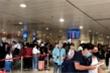 Video: Khách 'rồng rắn' nối đuôi nhau tại sân bay Tân Sơn Nhất dịp nghỉ lễ 30/4