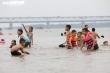 Bất chấp biển cấm, bãi cát ven sông Hồng vẫn đông người tới tắm
