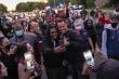 Cảnh sát Mỹ xuống đường cùng người biểu tình, lên tiếng vụ người da màu bị chết