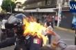 Video: Người biểu tình phẫn nộ ném xăng, châm lửa đốt cảnh sát ở Mexico