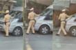 Bị yêu cầu dừng xe kiểm tra, tài xế ô tô 16 chỗ vẫn nhấn ga đẩy CSGT đi lùi