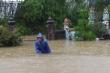 Ảnh: Nhói lòng cảnh sinh hoạt của dân miền Trung khi nước lũ nhấn chìm nhà cửa