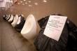 Chống Covid-19: Đi vệ sinh cũng phải 'giãn cách xã hội'