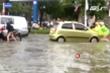 Video: CSGT giúp dân đẩy ô tô chết máy do ngập sâu ở TP Vinh, Nghệ An