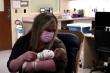 Giây phút cặp vợ chồng mắc COVID-19 lần đầu gặp 2 con mới sinh sau 3 tuần