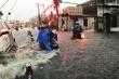 Vì sao TP.HCM có tình trạng nước cuốn như thác trên đường khi mưa lớn?