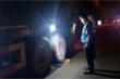 Phạt 150 triệu đồng hai tài xế chở quá tải, còn cố thủ trong xe gọi điện cầu cứu