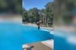 Clip: Cô gái làm rơi tóc giả khi đi bơi