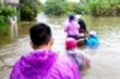 Mưa xối xả, nhiều nơi ngập ngang ngực, dân Đà Nẵng bơi ghe