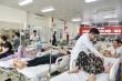 Quá đau đầu ngày nắng nóng, bệnh nhân kêu gào trong phòng cấp cứu