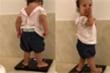 Biểu cảm hài hước của bé gái khi đứng lên cân