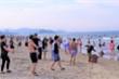 Biển Cửa Lò đông kín du khách trong ngày đầu nghỉ lễ 30/4